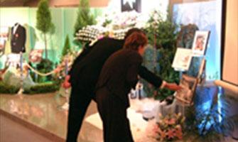故人との想い出を中心に人の集まるお葬式を